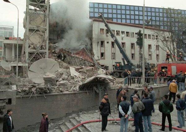 Здание Государственного телевидения и радио Сербии, разрушенное во время военной операции НАТО .