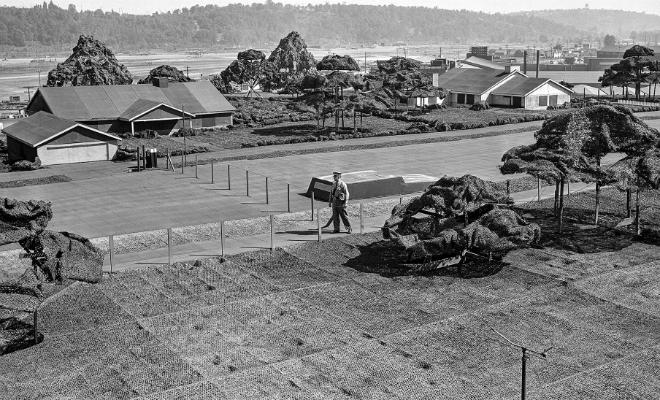 Маскировка заводов во время Второй мировой: на крышах цехов рисовали дома и сажали деревья Культура