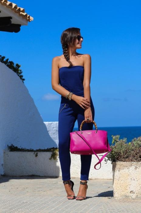 Темно-синий комбинезон дополнен ярко-розовой сумкой. / Фото: zhurnal-lady.com