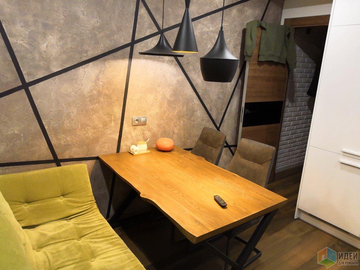 Противоположное стена от кухни, наша обеденная зона со спальным местом для гостей