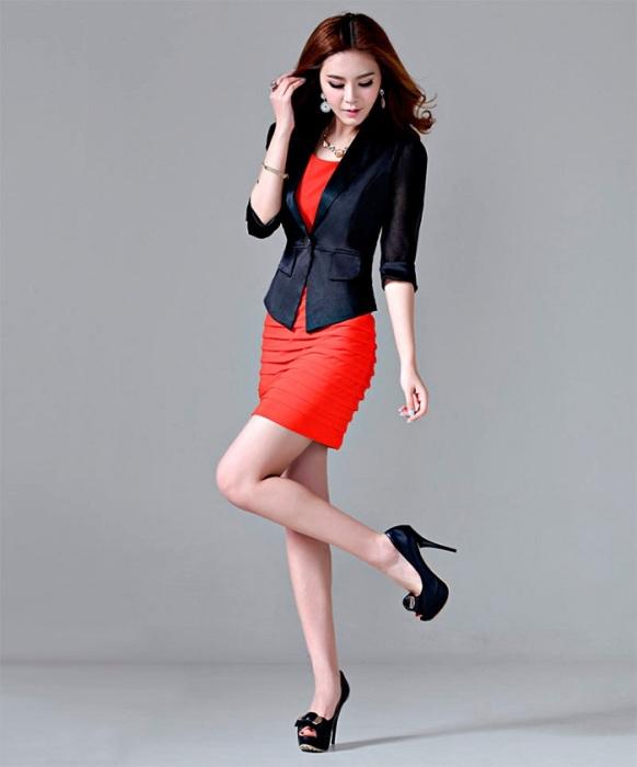 Стильный деловой комплект из красного платья и черного пиджака. / Фото: Pda.diary.ru