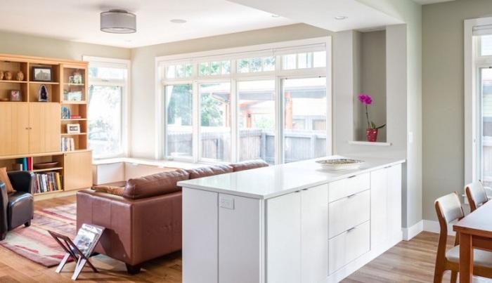 Для обеспечения визуального зонирования пространства можно использовать кухонный островок.