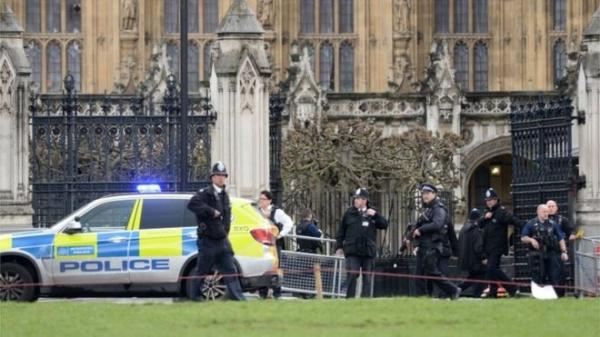 Теракт в Лондоне: Автомобиль сбил на Вестминстерском мосту пять человек