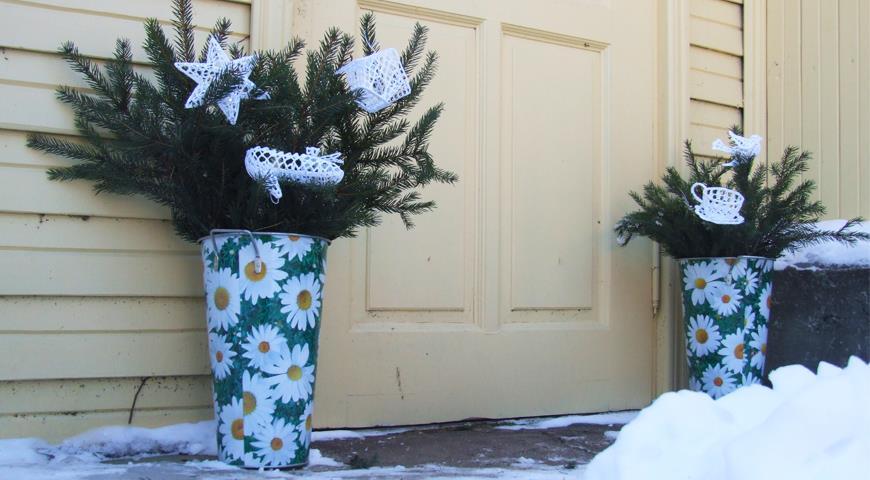 Простые новогодние идеи для оформления сада