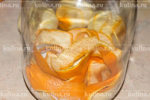 С апельсинов снять тонкой стружкой кожицу и положить в банку.