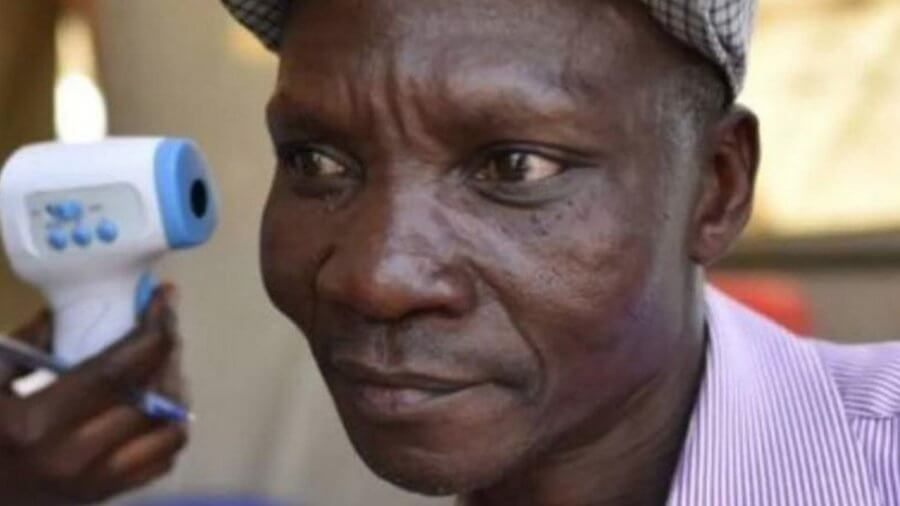 Житель Уганды - гроза для комаров и других насекомых