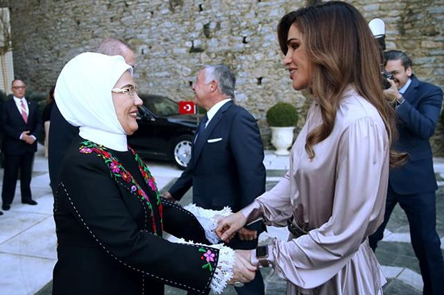 Королева Рания с мужем посетила Стамбул: оцениваем образы первой леди Иордании звездный стиль
