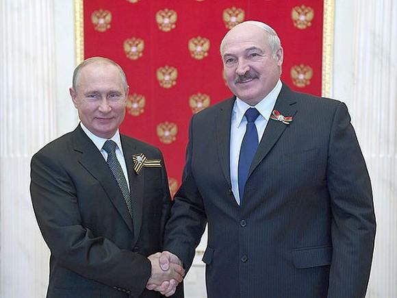 От Путина потребовали не предоставлять Лукашенко убежища в России