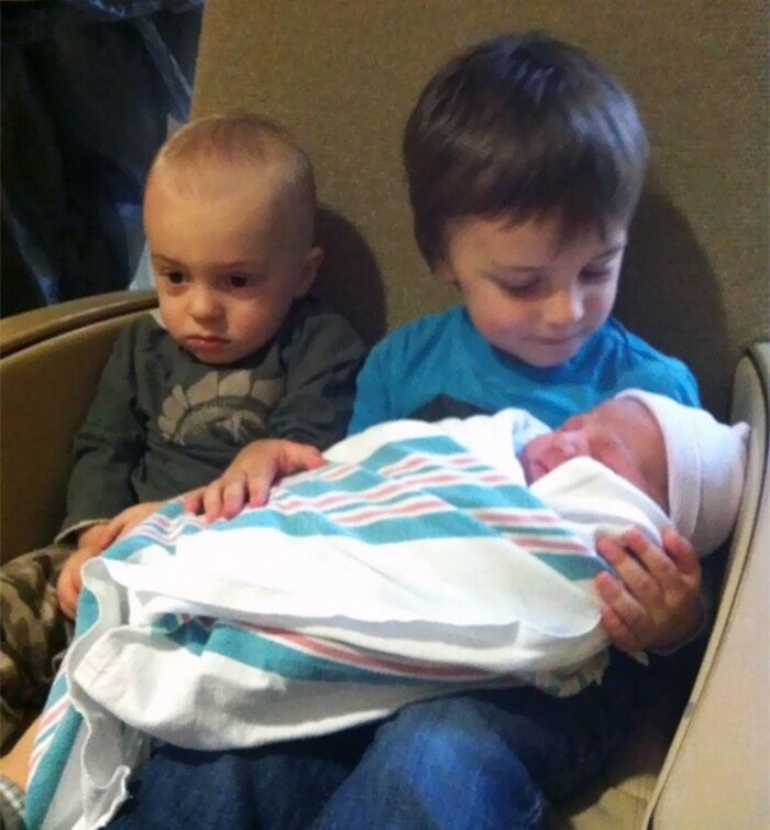Несколько детишек, которые искренне «рады» появлению братиков и сестричек