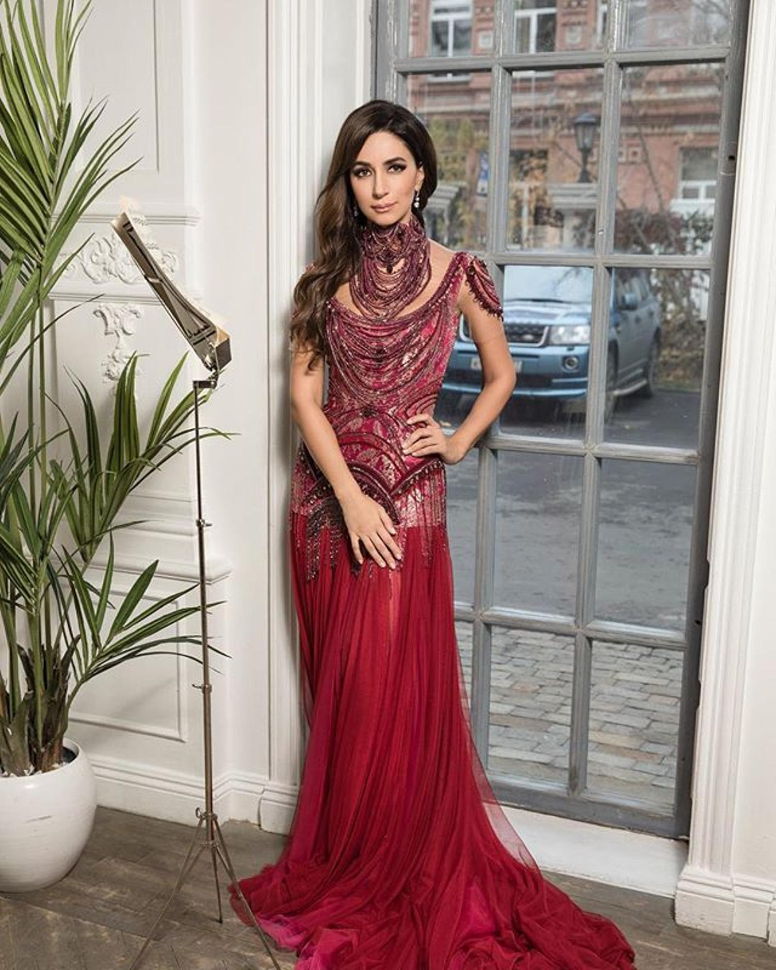 Как принцесса! 10 завораживающих вечерних образов от певицы Зары