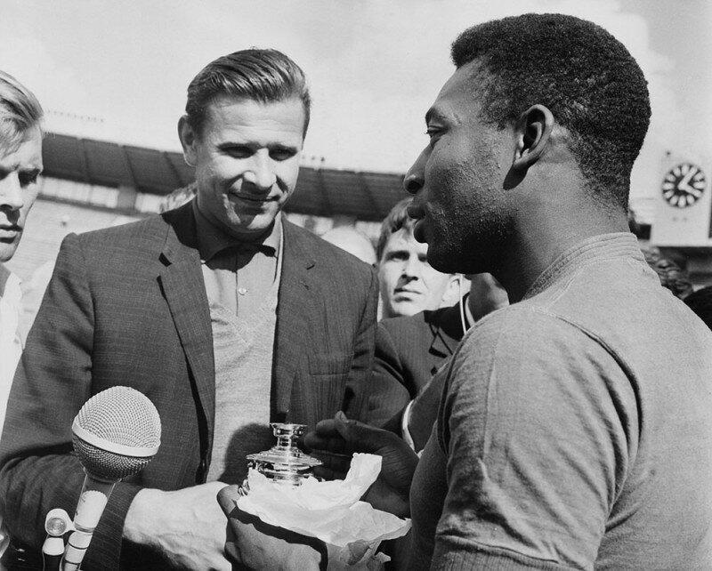 Лев Яшин дарит Пеле миниатюрный самовар на тренировке, июль 1965 года история, ретро, фото