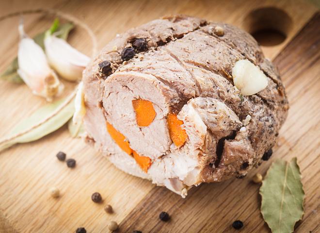 Шикарное угощение: говяжий рулет с морковью и специями
