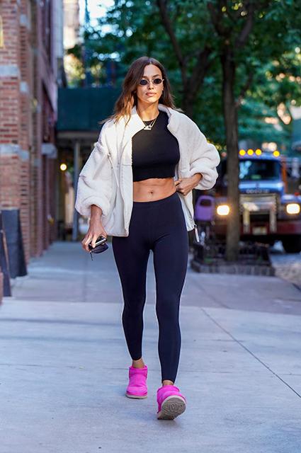 Уличный стиль знаменитости: Ирина Шейк в кроп-топе и лосинах на прогулке в Нью-Йорке Звездный стиль
