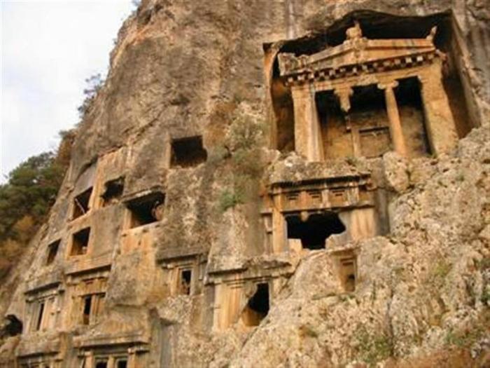 Гробницы высечены прямо в скалах.