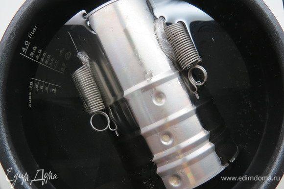 Ставим (или кладем) ветчинницу в подходящую по размеру кастрюлю, заливаем холодной водой и, постепенно нагревая, доводим температуру воды до 80–85°С, не больше! Ни в коем случае вода не должна кипеть. Варим при этой температуре примерно 2 часа. Если фарша будет меньше, то время варки сокращаем. Очень удобно варить в мультиварке, где можно задать верхний диапазон температур.