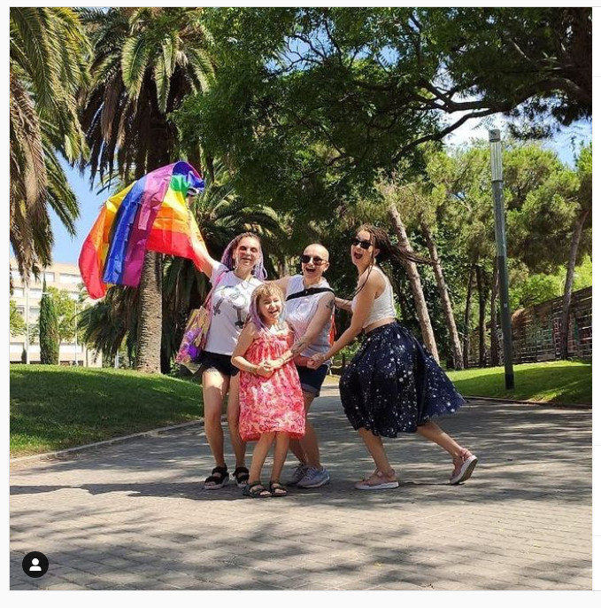 «Мы в безопасности». Участницы проекта «ВкусВилла» про ЛГБТ-семью покинули Россию после угроз