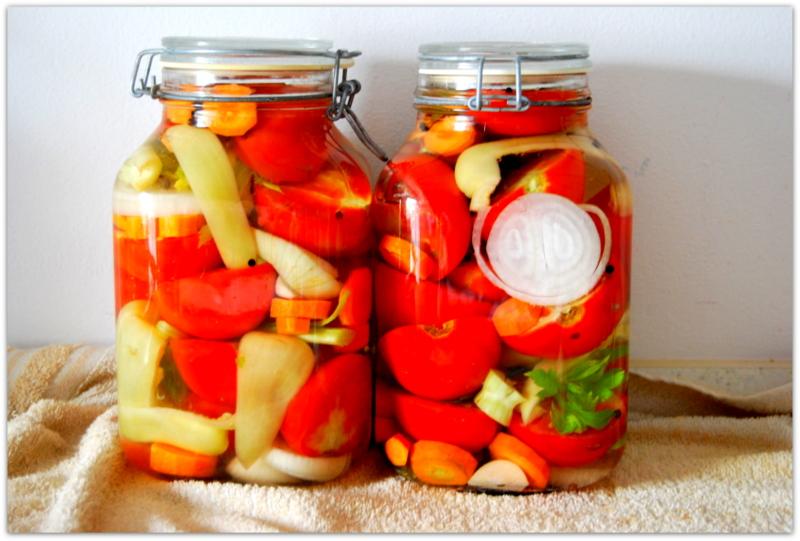 Маринованные помидоры - половинки двумя способами.