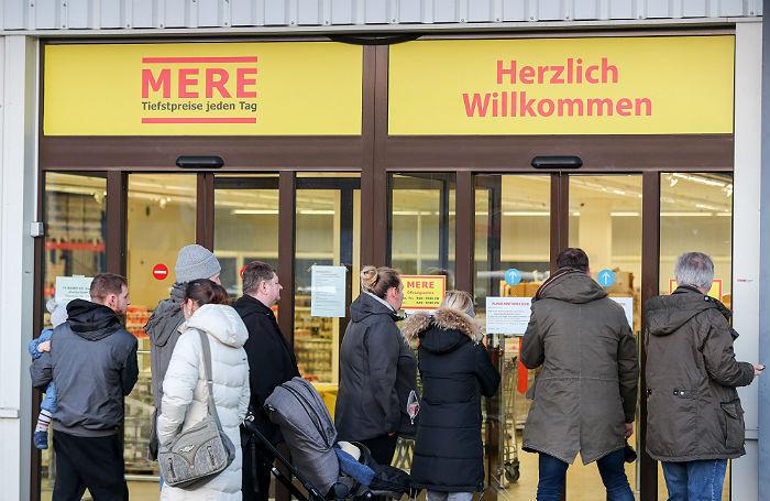 Драка на кассе и пустые полки. Российский магазин в Лейпциге вызвал небывалый ажиотаж
