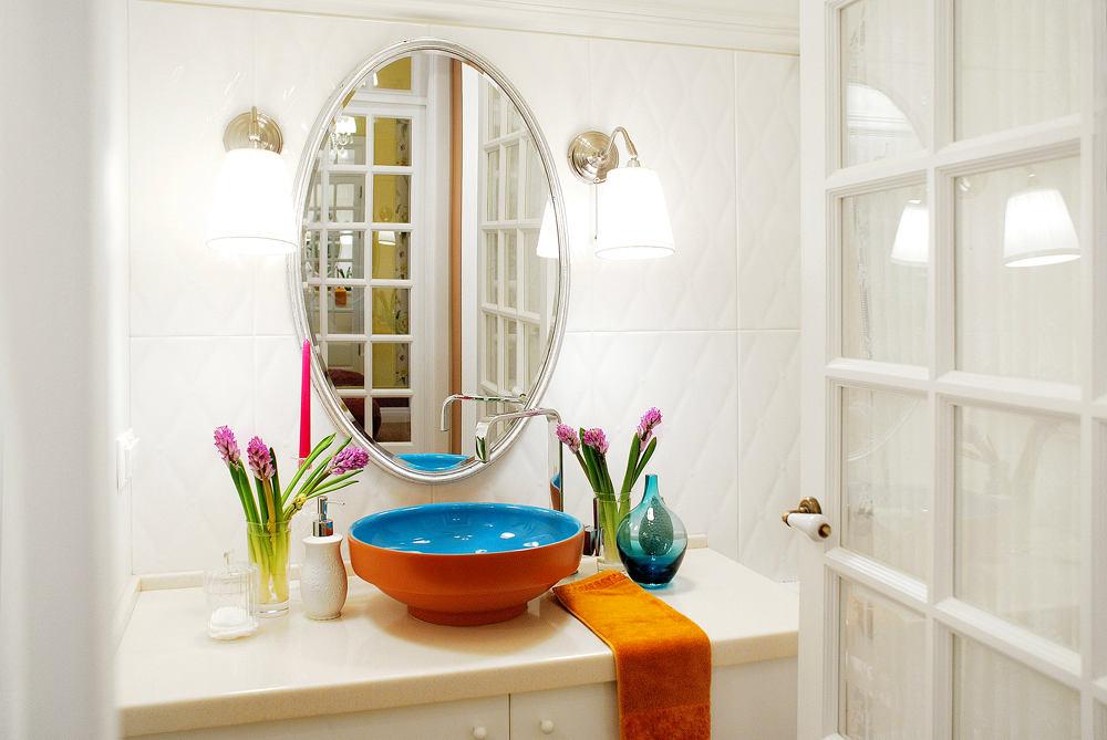 Ванная в цветах: светло-серый, белый, бордовый, бежевый. Ванная в .