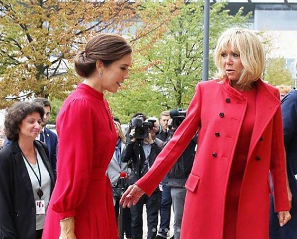Брижит Макрон и датская принцесса Мэри в нарядах одинакового цвета