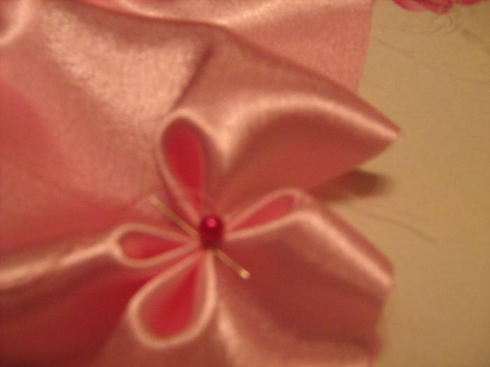 Сшейте края квадрата и затяните нитку, чтобы создать красивейшей рельефный узор на ткани