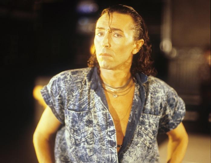 Лихие наряды «лихих 90-х»: бодрые начёсы Долиной, голубые тени Аллегровой и «тотал варёнки»