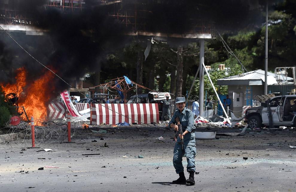 Место взрыва возле входа в международный аэропорт Кабула