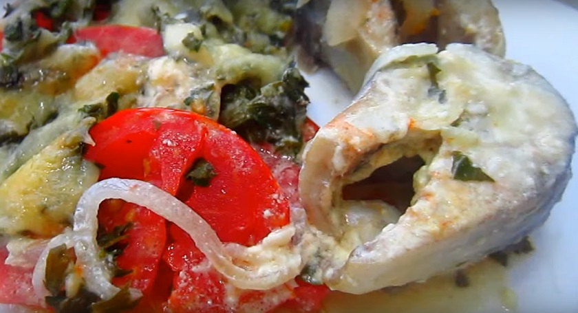 Скумбрия с овощами, запеченная в духовке: удачный способ для сочной рыбки