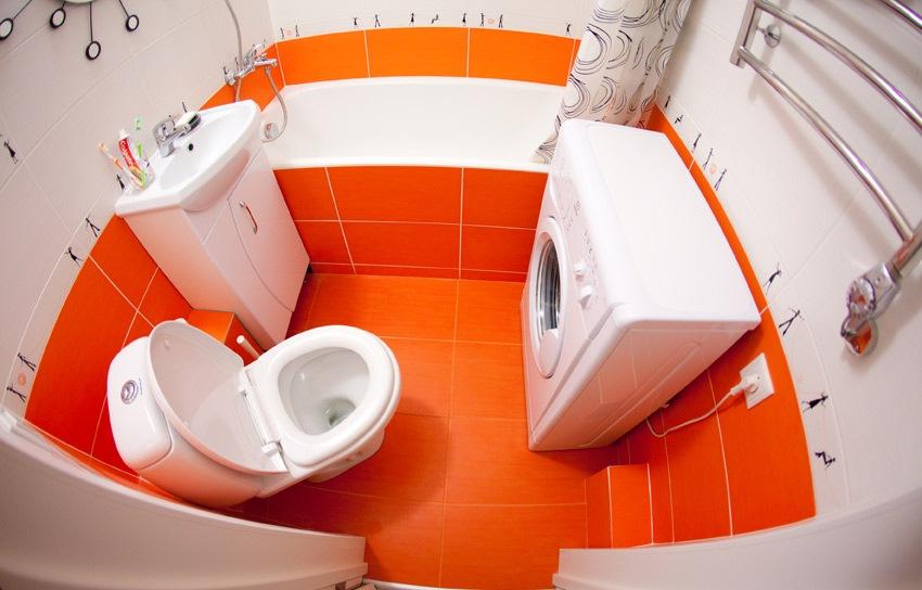 Маленькая ванная с яркой оранжевой плиткой