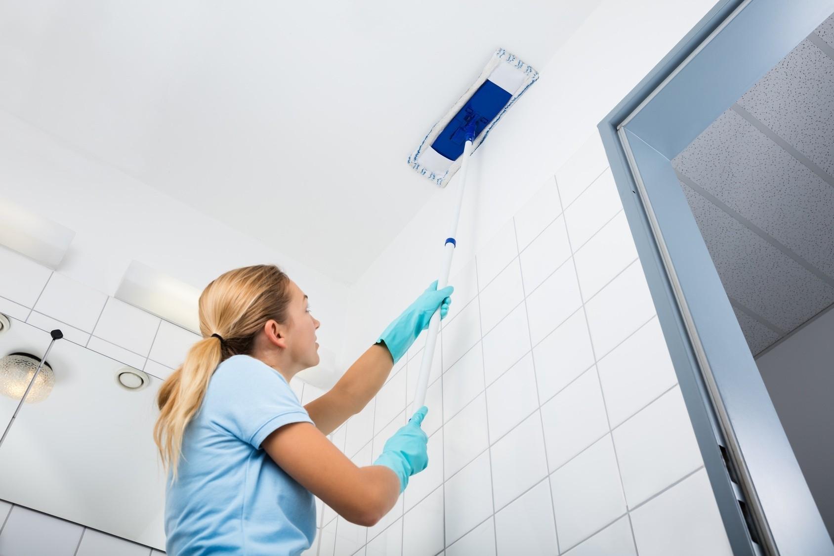 Как мыть натяжной потолок своими руками