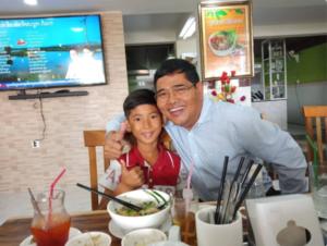 Удивительная история камбоджийского мальчика, который случайно выучил 15 языков ребенок, который, сувениры, туристке, своего, языке, мальчика, больше, талантливого, Винус, другой, отвечал, вопросы, Видео, Этого, общения, удивительным, одного, ребенком, девушка