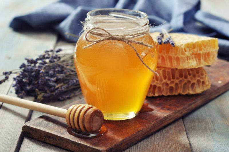 Не растекается, плохо растворим в воде, его не едят муравьи: как я проверяю мед