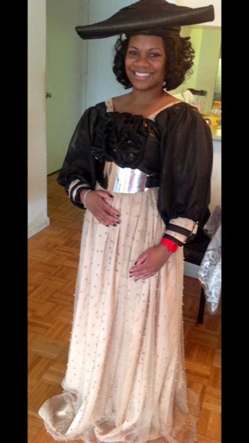 Синтия Лалли в платье, характерном для племени Хереро