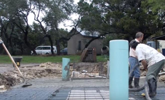 Соседи смеялись когда мужчина начал лопатой копать огромную яму во дворе Культура