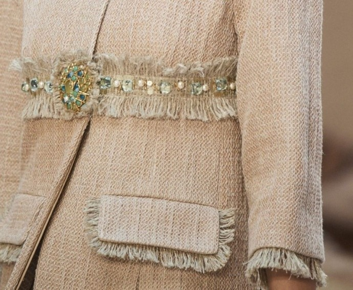 Как украсить жакет из твида в стиле Шанель