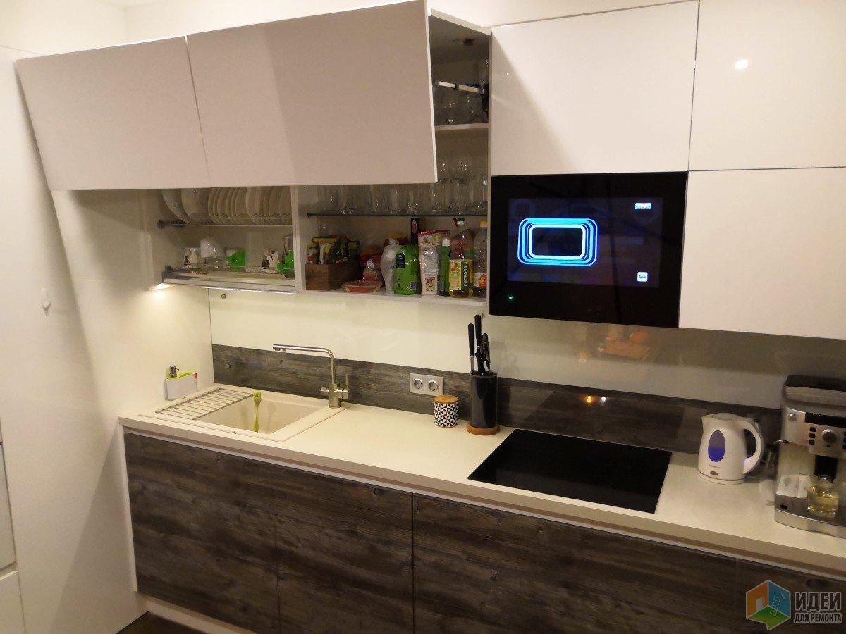Белая кухня  с телевизором - минимализм с элементами лофт