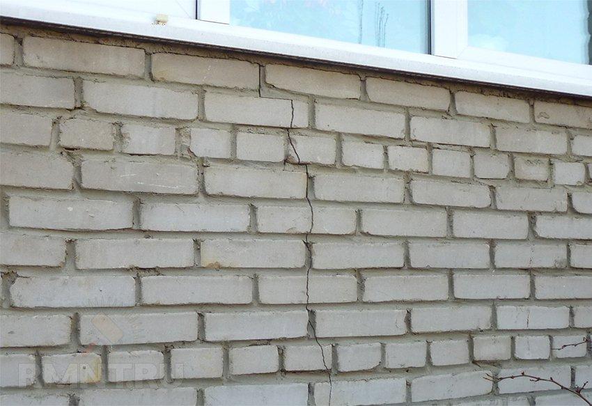 трещина в кирпичной стене что делать