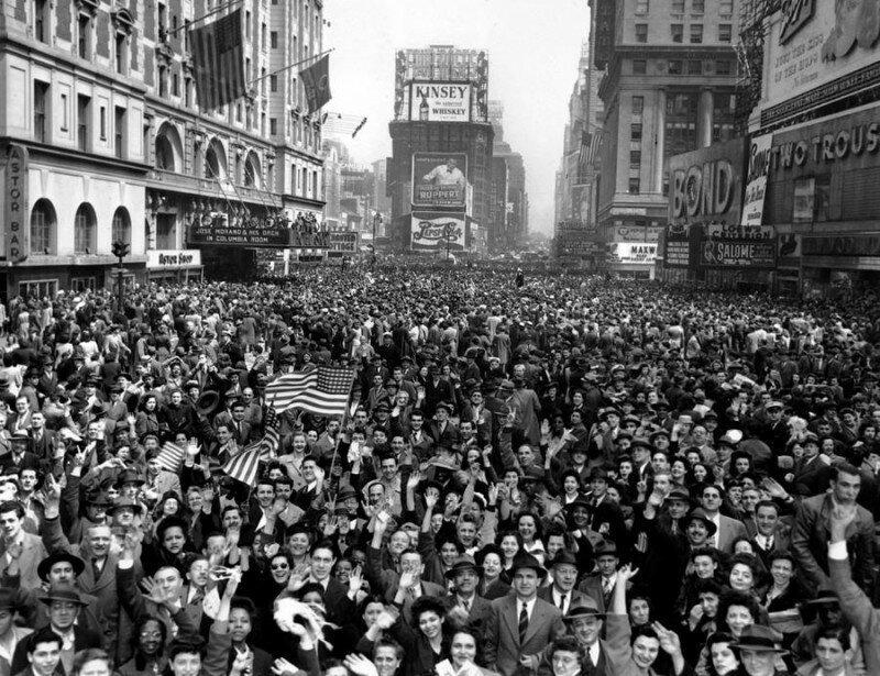 Празднование победы над Германией. Таймс-сквер. Нью-Йорк. США. 7 мая 1945.  история, ретро, фото