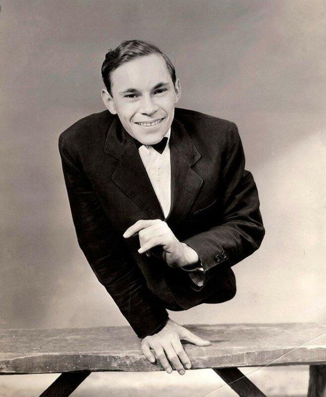 Актер Джонни Ик, родившийся с недоразвитой нижней частью туловища, позирует для рекламного фото к знаменитому фильму «Уродцы». 1932 год история, ретро, фото