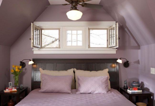 Особенно романтично кровать изголовьем к окну смотрится в маленьких спальнях в мансарде