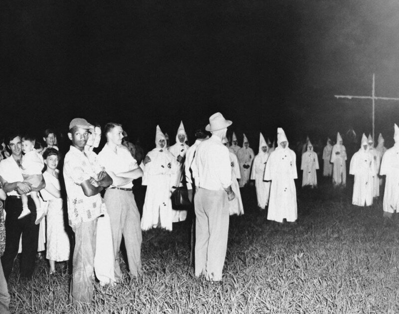 Одинокий негр посещает первое публичное собрание ККК в Джексоне, штат Миссисипи, 1950 год. история, ретро, фото