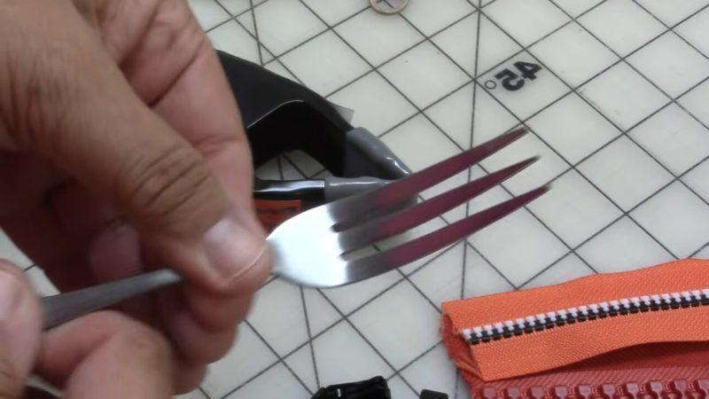 Как за 2 секунды заменить замок в молнии при помощи обычной вилки