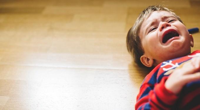 Ребенок истерит на полу