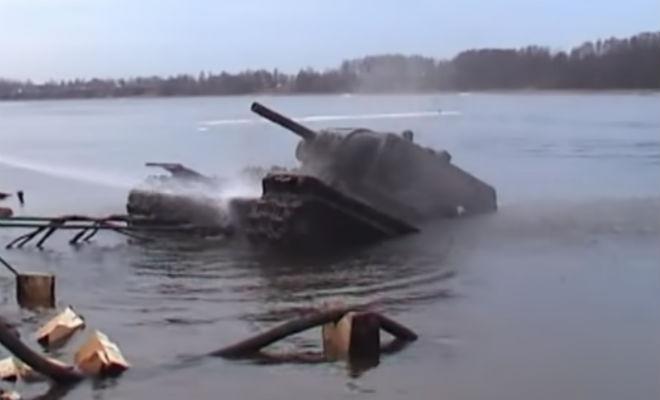 Водолазы заметили пушку в слое ила: танк лежал на дне 70 лет вторая мировая война,КВ-1,Пространство,танк,танк лежал на дне 70 лет,черные копатели
