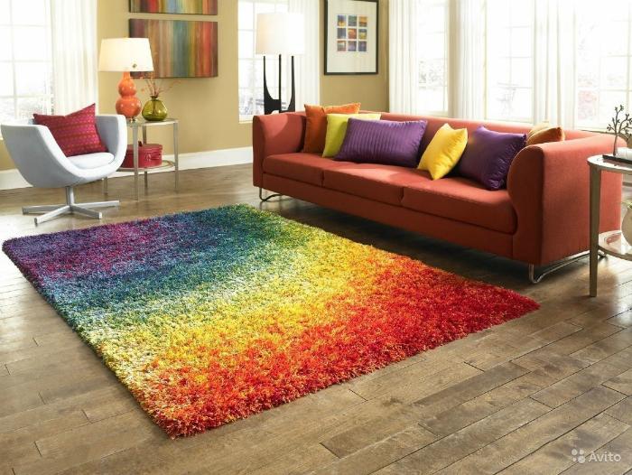 Добавьте красок и комфорта в интерьер с помощью большого мягкого ковра.
