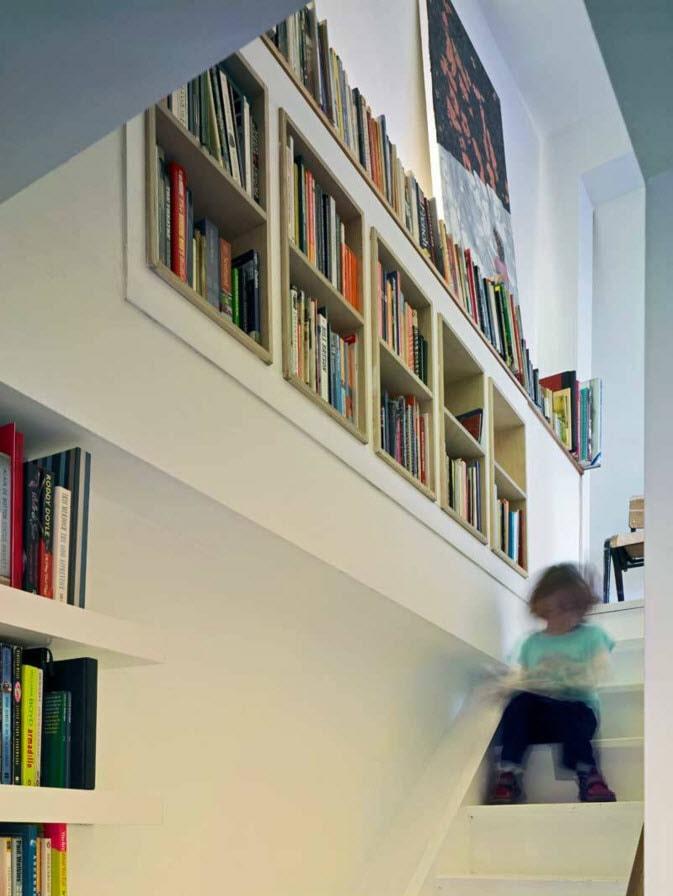 Оформление лестницы книжными полками