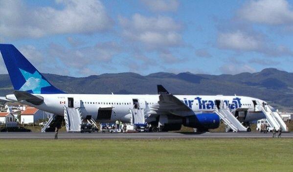 Лайнер Airbus A330 после посадки на Азорских островах 24 августа 2001 года