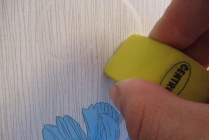 Если поставили жирное пятно на обоях, протрите загрязнение ластиком / Фото: mgorod.kz