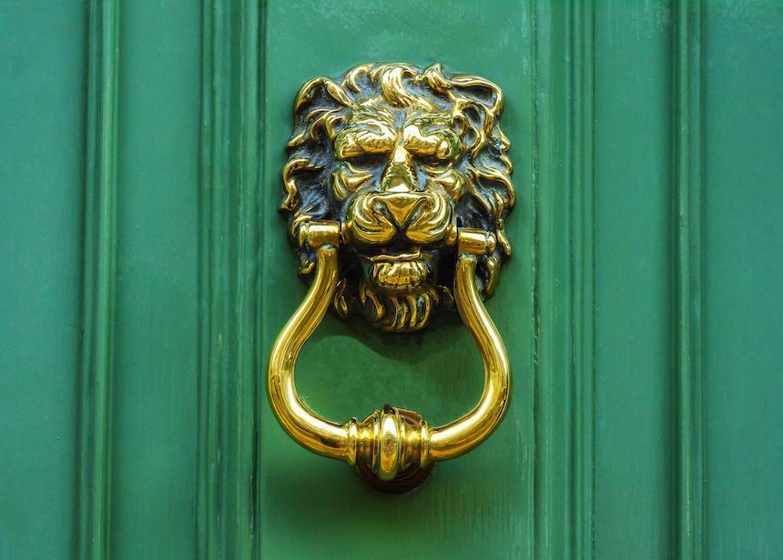 Не открывать дверь, если за ней никого нет: рассказываю о советах моей бабушки