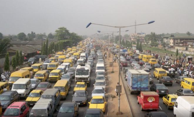 Как стоят в пробках в Нигерии. Машинами заполнены все улицы и дворы: как в России, но без снега Культура